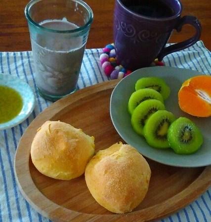 コーンブレッドロールの朝食